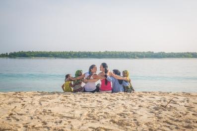 Girls on Maalhos beach
